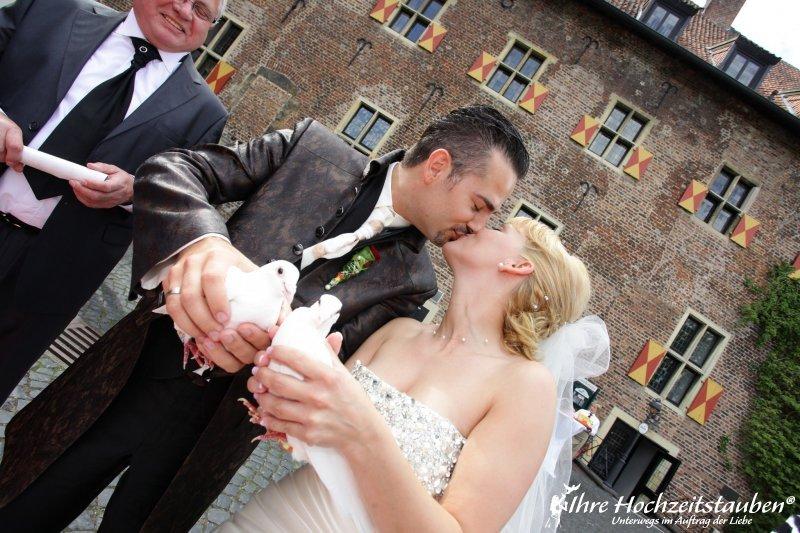 Brautpaar mit den Fototauben