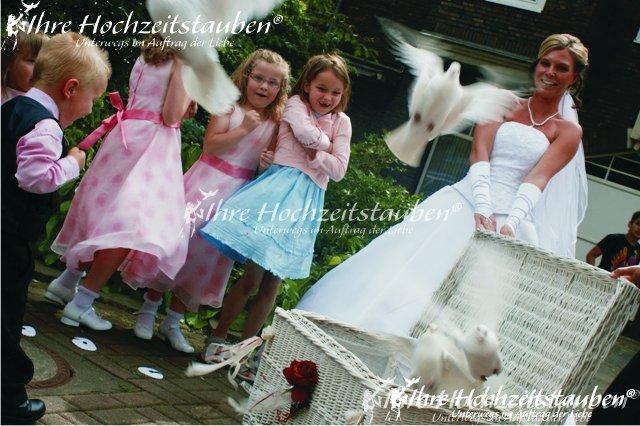 Braut mit überraschten Kindern