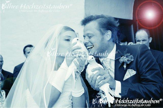Glückliches Brautpaar mit Fototauben
