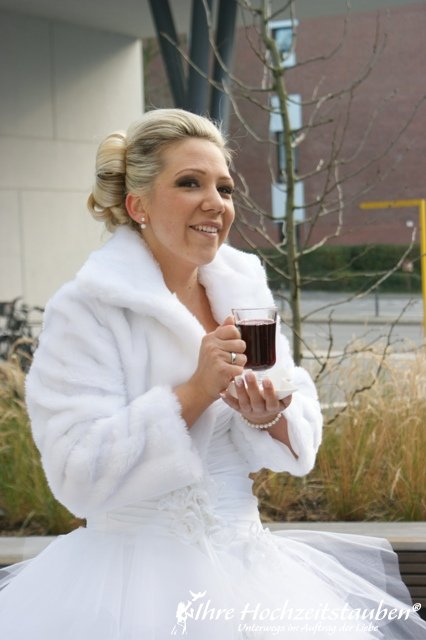 Glühwein statt Sektempfang -Die Braut | ©Ihre Hochzeitstauben