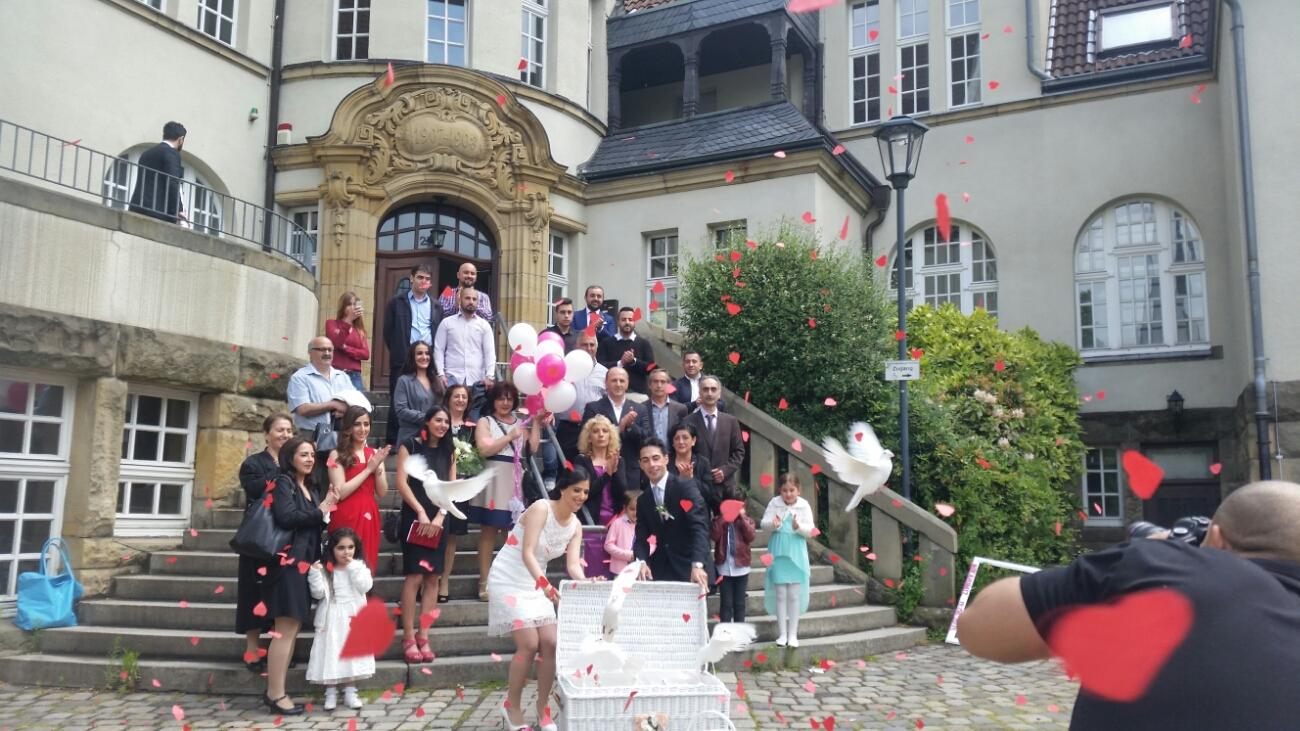 Hochzeitstauben vor dem Standesamt Essen-Kray.