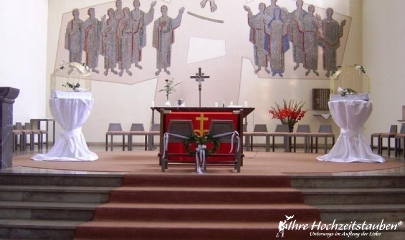 Pfauentauben am Altar in der Kirche © Uwe Stoffel