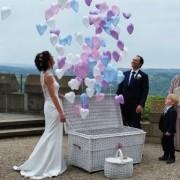 Ballons statt Tauben zur Hochzeit aus dem Korb fliegen