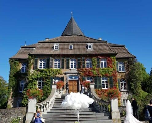 Hochzeitstauben und Ballons zur Hochzeit auf Schloss Linnep Ratingen Breitscheid Bsp3
