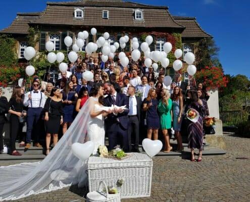 Hochzeitstauben und Ballons zur Hochzeit auf Schloss Linnep Ratingen Breitscheid Bsp1