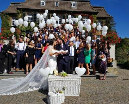 Hochzeitstauben und Ballons zur Hochzeit auf Schloss Linnep Ratingen Breitscheid Bsp2