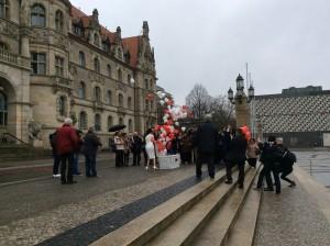 Weiße Hochzeitstauben in Hannover mit Helium Herzballons
