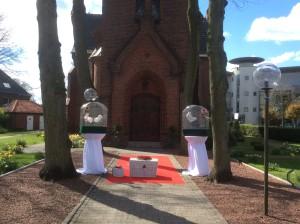 Weiße Tauben in Warendorf an der Christuskirche