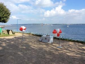 Weiße Hochzeitstauben in Kiel mit Herzballon