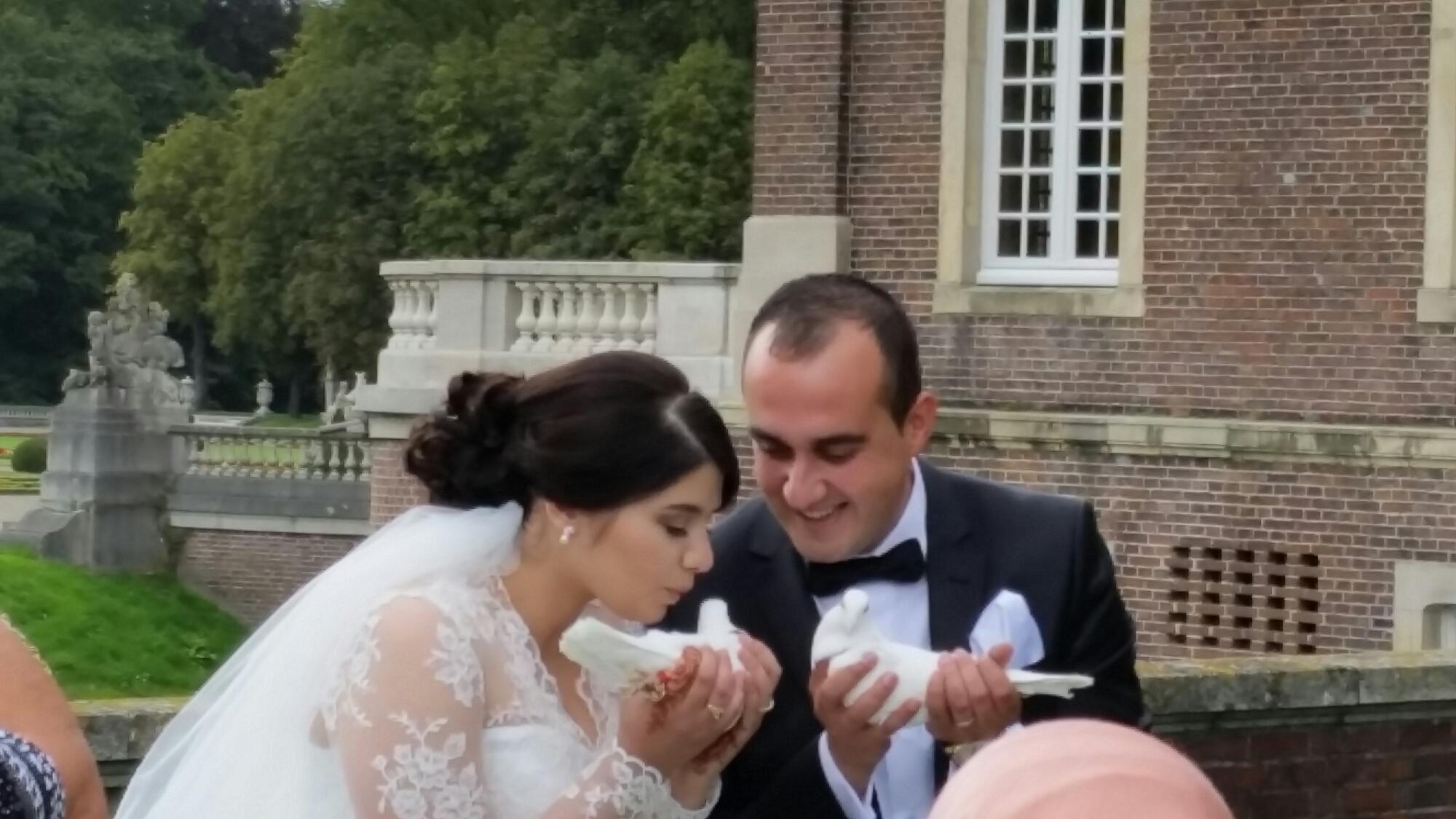 Braut küßt Taube