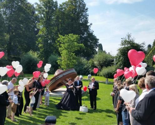 Ballons zur Hochzeit fliegen mit Hochzeitstauben